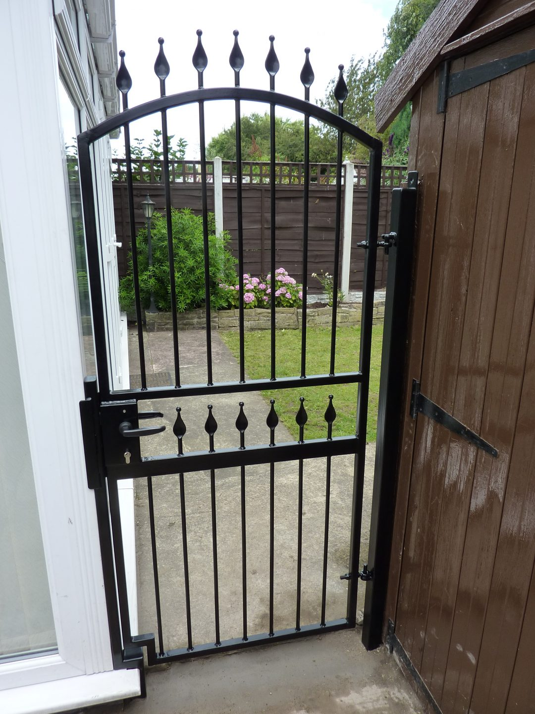 Single gate with lock