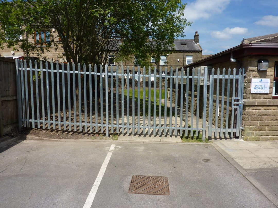 Palisade Fencing & Gate